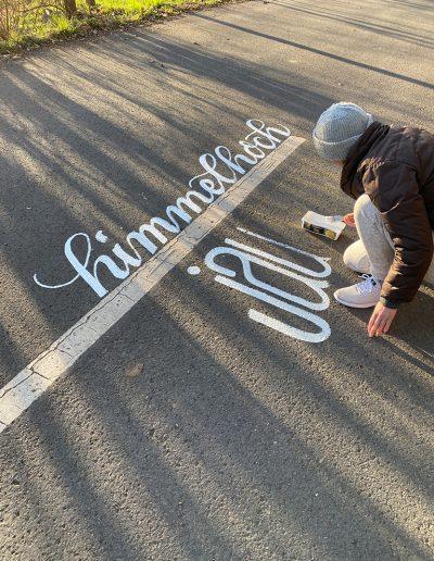 Kalligrafin Melina Müller bringt temporäre Streetart auf den Asphalt