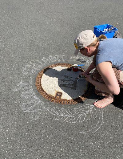 Kalligrafin Melina Müller zeichnet die Letter und Ornamente vor, bevor sie die ökologische Kreide aufbringt