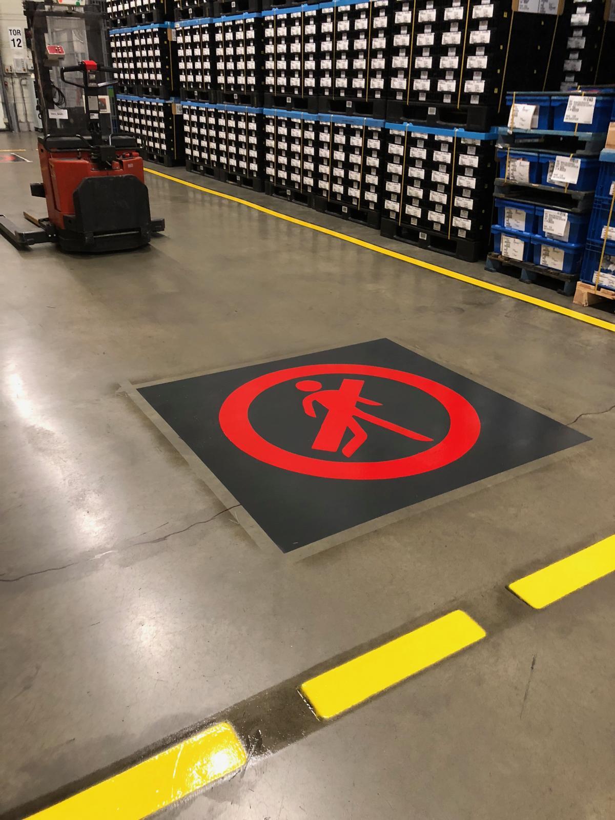 Markierung eines Fußgängerverbots in einer Logistikhalle
