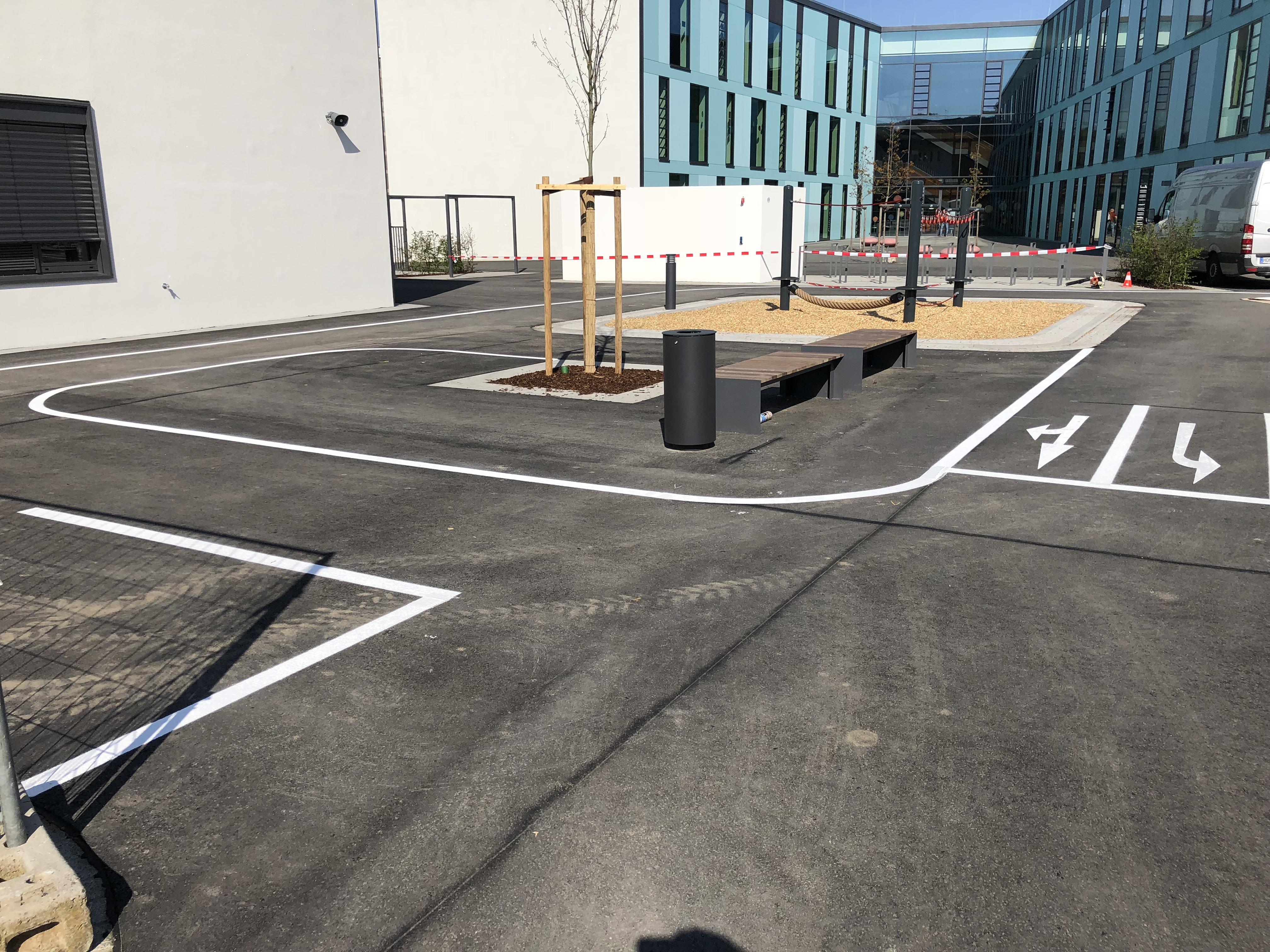 Markierung eines Verkehrsübungsplatz auf einem Pausenhof