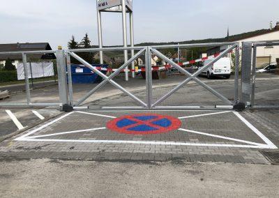 Halteverbot-Markierung vor einer Einfahrt