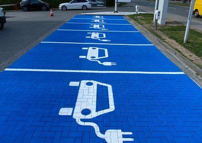 Stellplätze für e-Autos: Vollflächige Parkplatzmarkierung für die Ladestation von elektrischen Autos