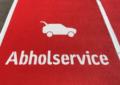 Abholservice: Vollflächige Stellplatzmarkierung auf dem Parkplatz eines Lebensmitteleinzelhandels