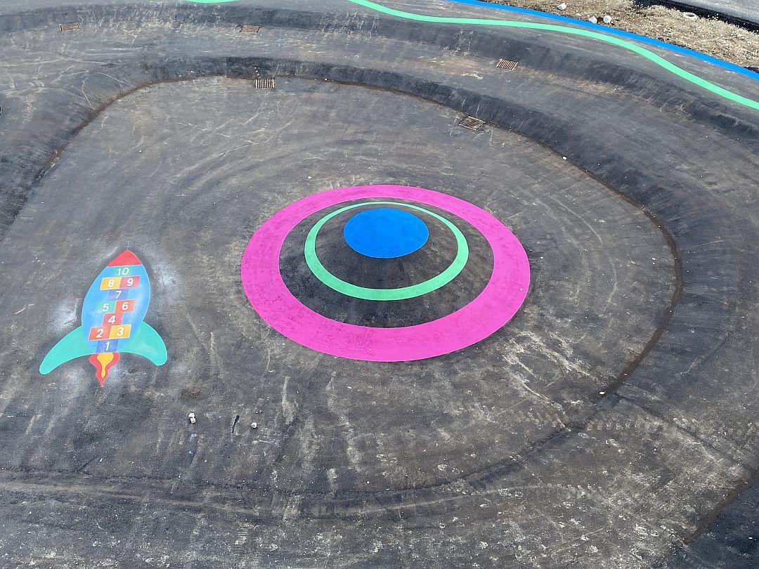 Farbenfrohe Schulhofmarkierung: Die Zahlenrakete auf dem Weg ins All