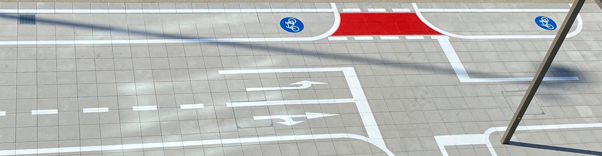 Markierung eines Verkehrsübungsplatz für die Mobilitäts- und Verkehrserziehung von Kindern