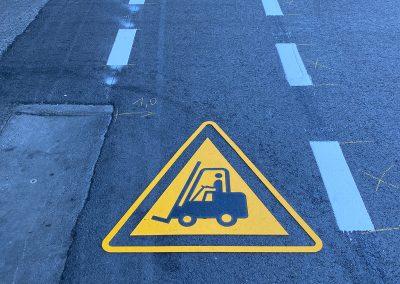 Gabelstapler-Weg: Thermoplastik-Symbol auf einem Werksgelände